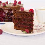 Tort cu ciocolată, cafea și zmeură