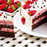 Tort cu ciocolată, bezele și căpșune