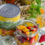 Salata la borcan cu piersici si capsune