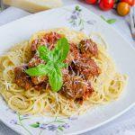 Spaghette cu chiftele in sos de rosii